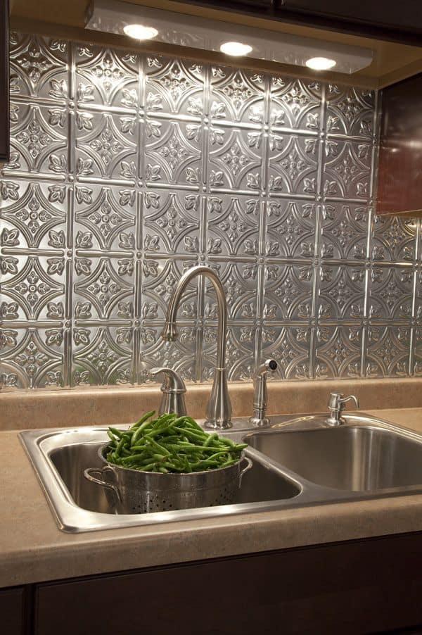 Fém préselt fali panel konyhába