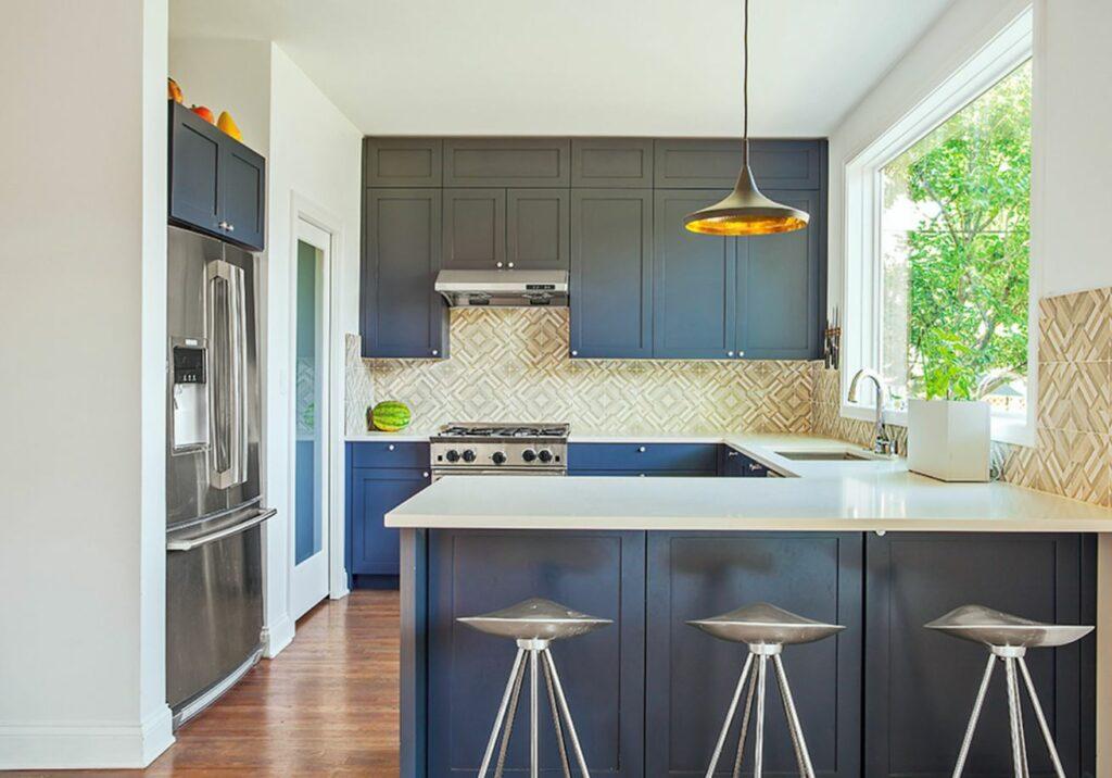 Kék G alakú konyha