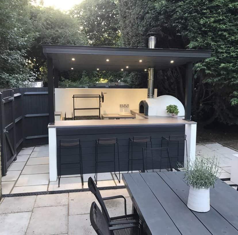 Bárpultos kerti konyha kemencével