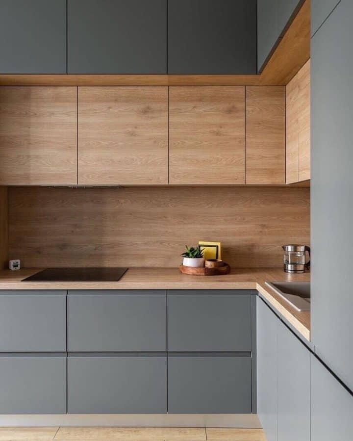 Szürke minimalista konyha fa dekoritlemezzel