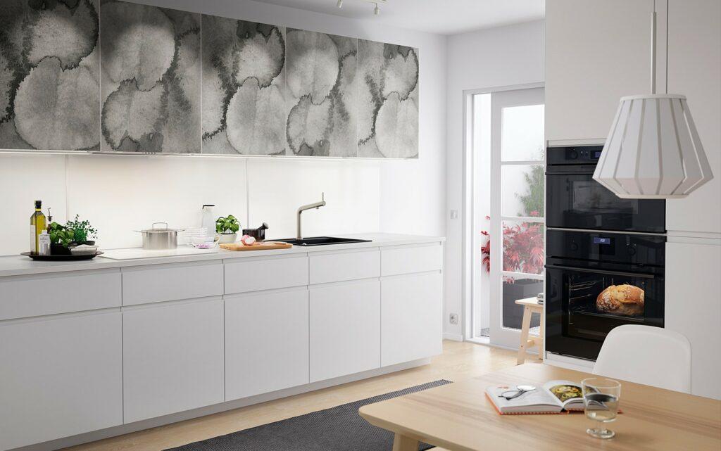 Fehér elemes fali panel fehér konyhaszekrénnyel