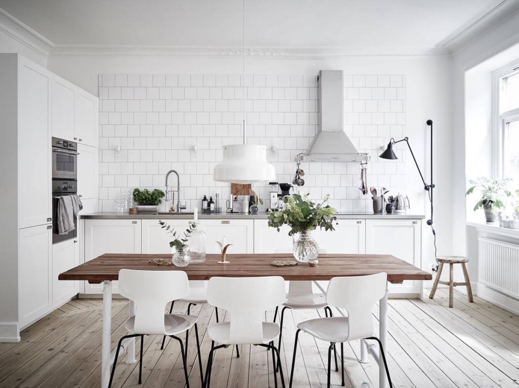 Fehér L alakú konyha étkezőasztallal
