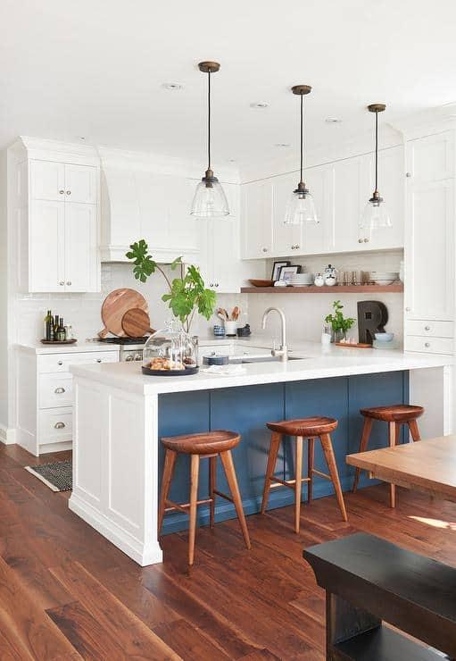 Kék-fehér U alakú konyha reggeliző pulttal