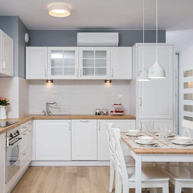 Fehér L alakú konyha acélkék fallal