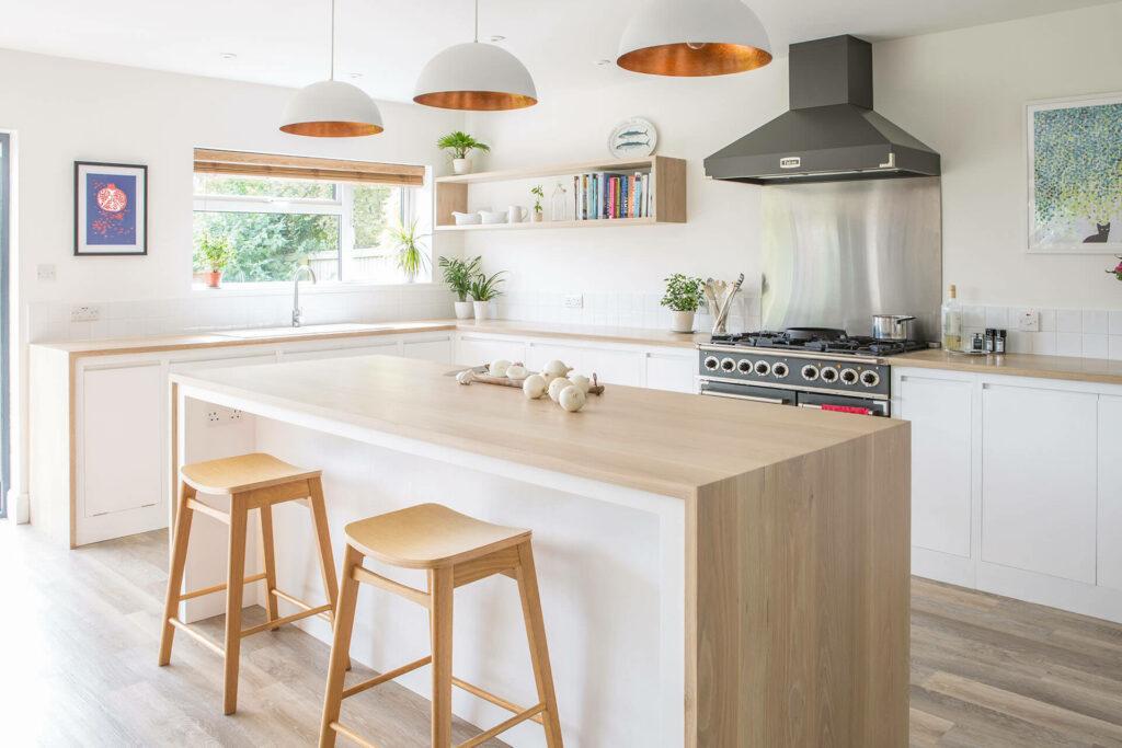 Fehér és tölgy konyha konyhaszigettel