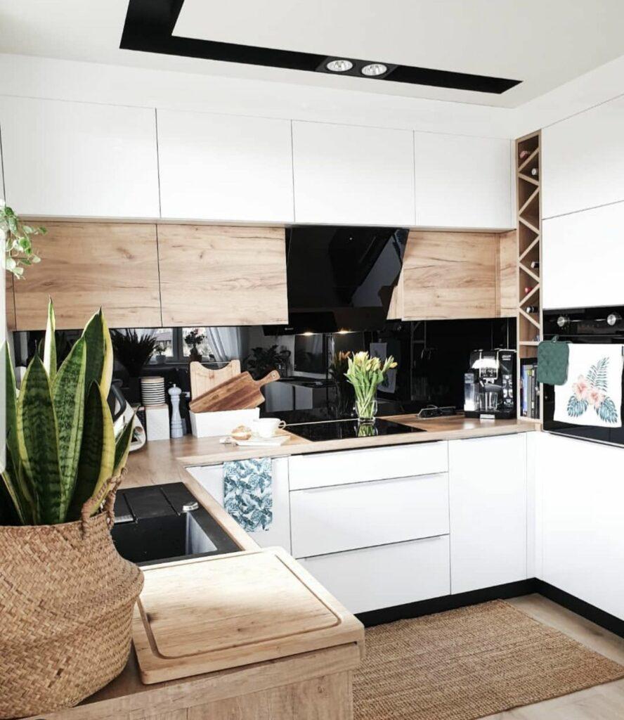 U alakú konyha fekete hátfallal