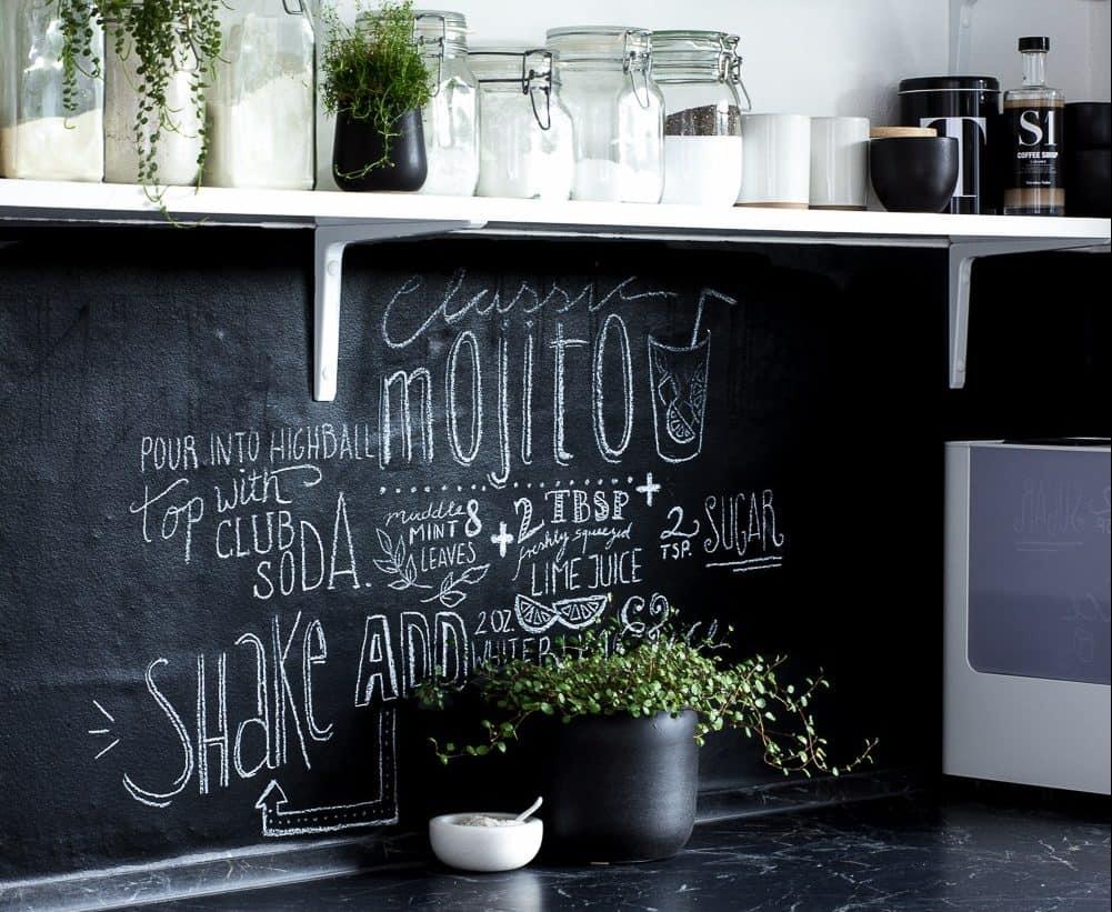 Fekete táblafesték konyhai hátfalként