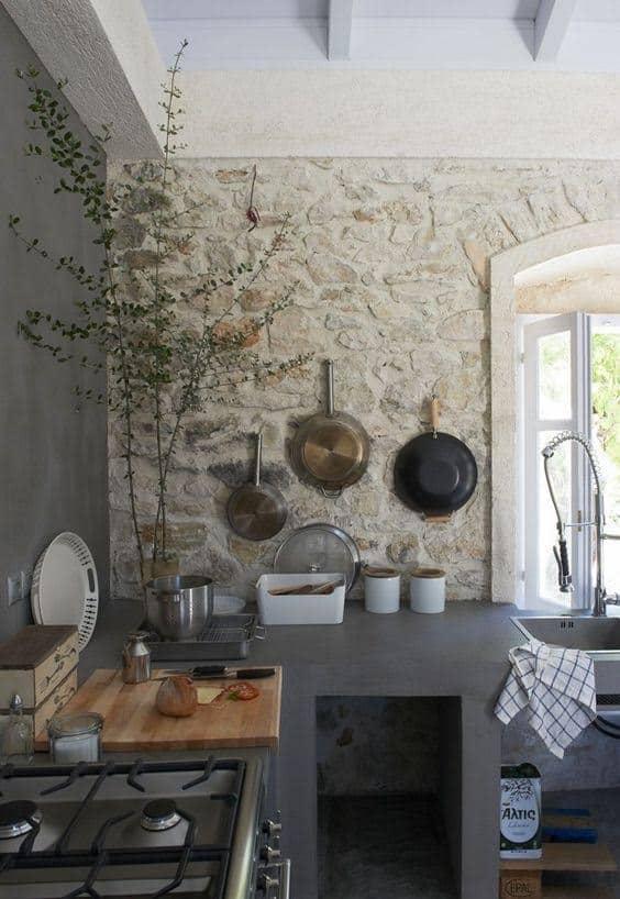 Köves fal szürke konyhában