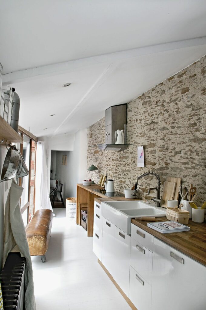 Rusztikus kőfal konyhában