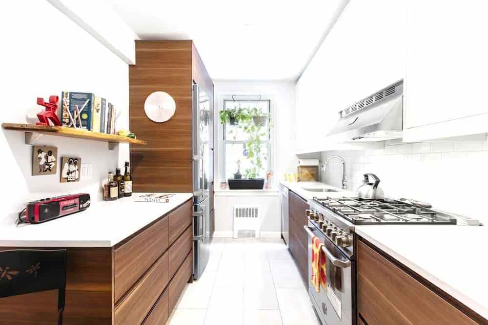 Barna-fehér kétsoros konyha