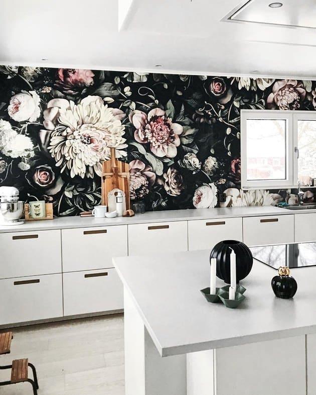 Nagy virágos mintájú tapéta konyhában
