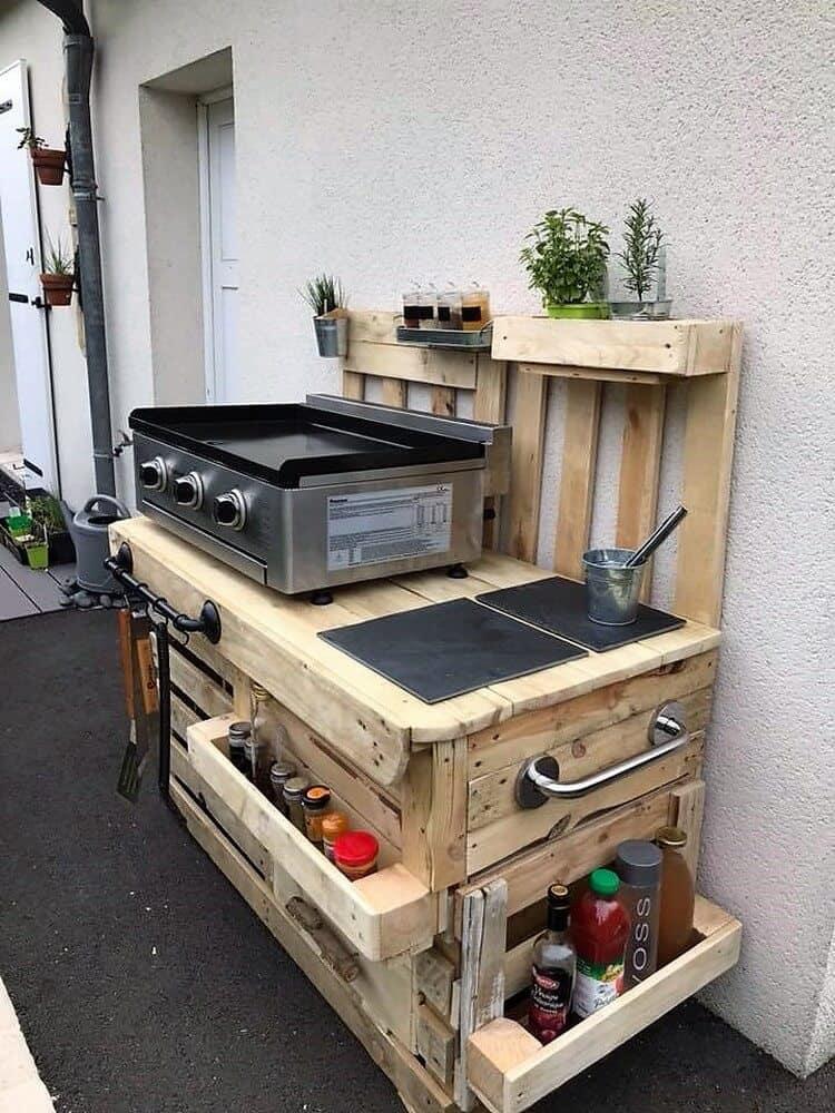 Raklapos kerti konyha sütővel és eszközökkel