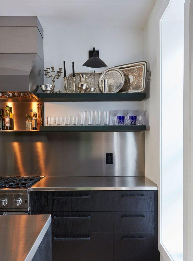 Rozsdamentes acél hátfal fekete konyhaszekrénnyel