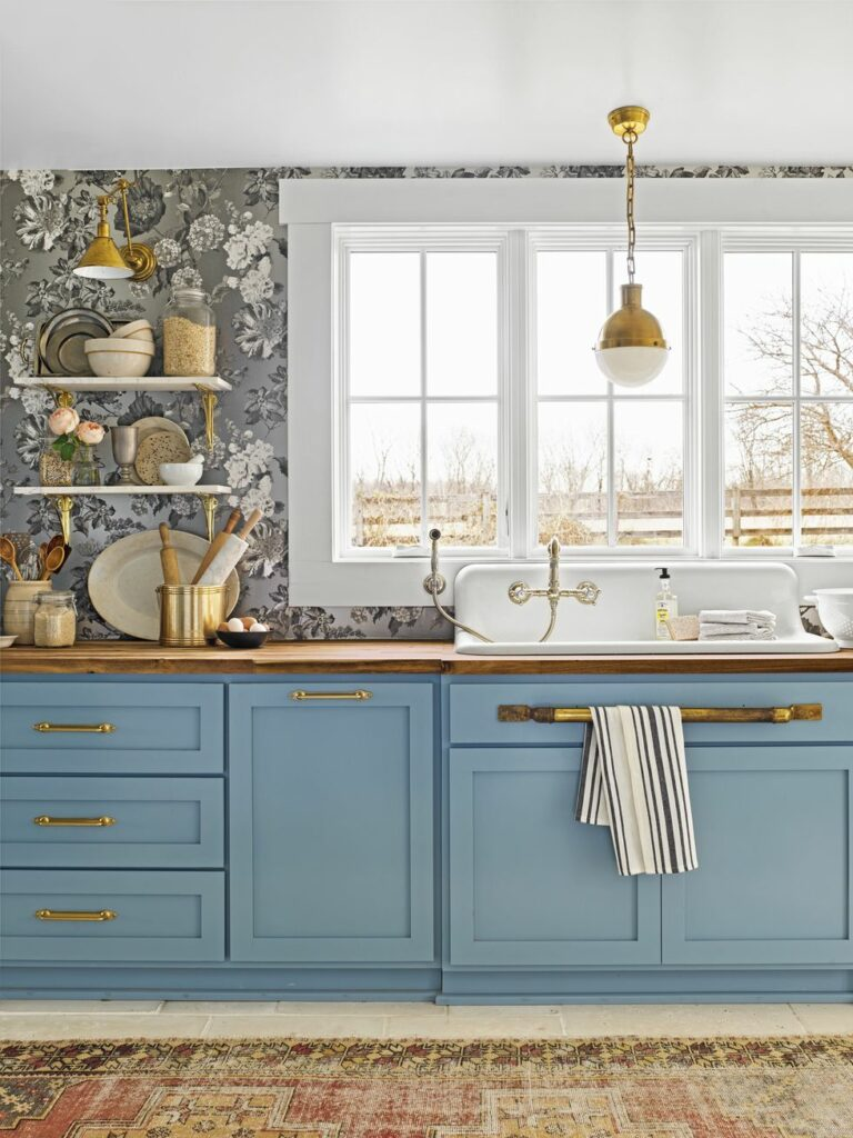 Szürke-fehér virágos tapéta kék konyhabútorhoz