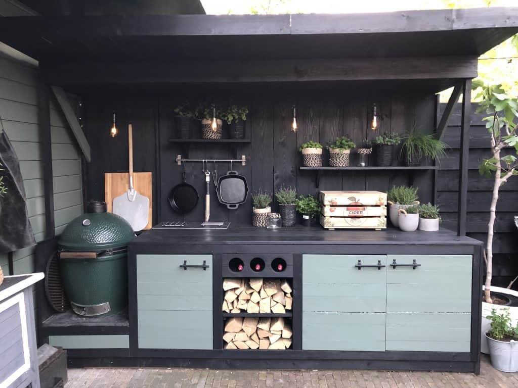 Fekete kerti konyha polcokkal és Big Green Eggel