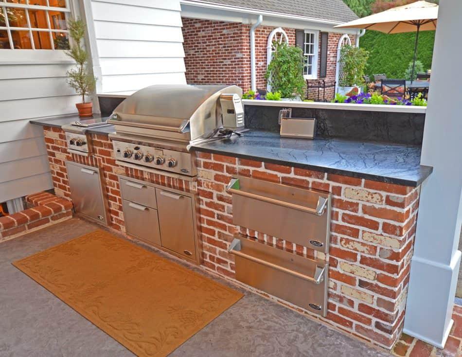 Téglából épített kerti konyha