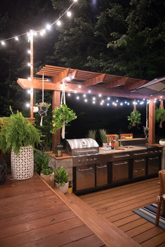 Kivilágított kerti konyha pergolával