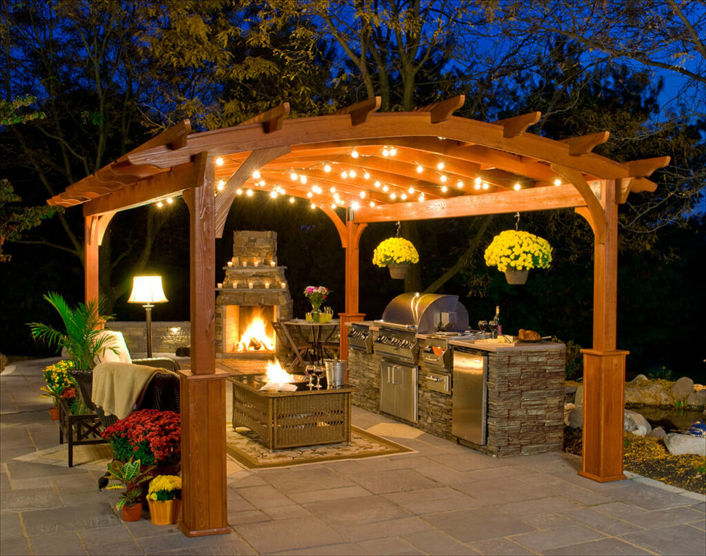 Kivilágított kerti konyha kandallóval