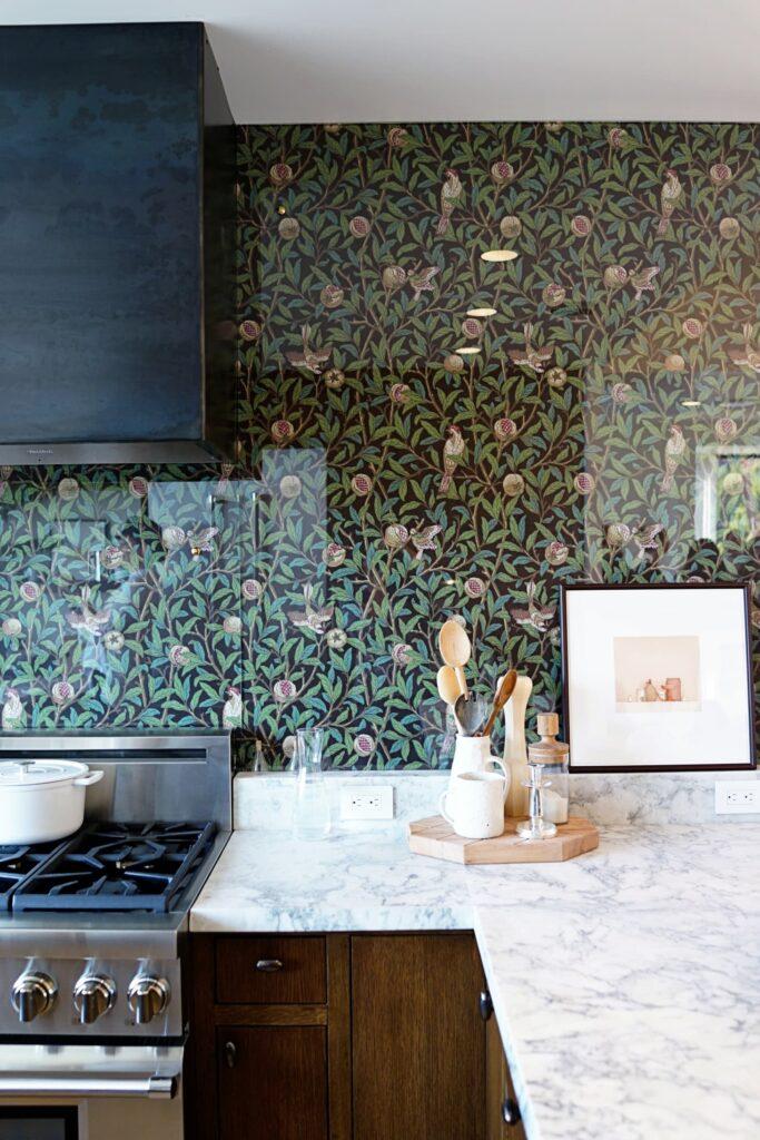 Virágmintás tapéta üvegfallal konyhába