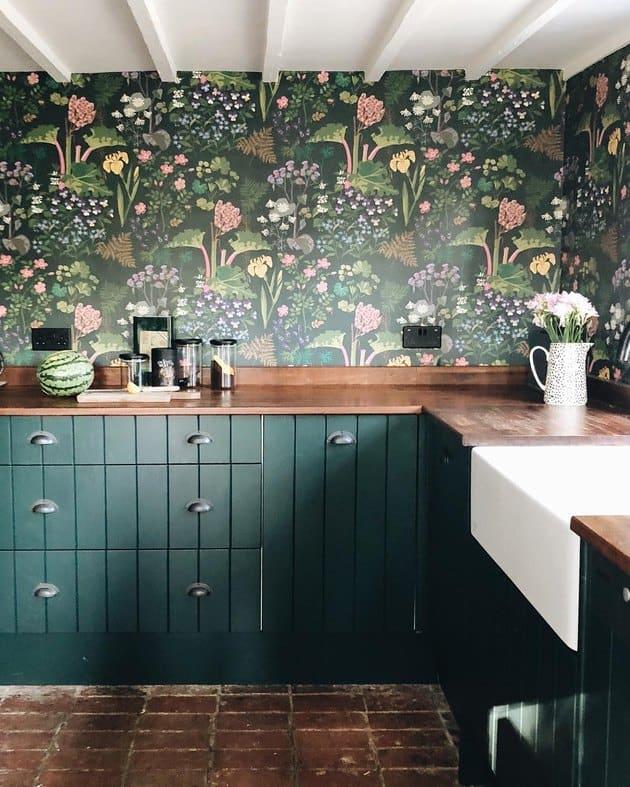 Zöld konyhához zöld virágos tapéta konyhába