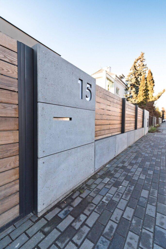 Modern beton kerítés fa elemekkel