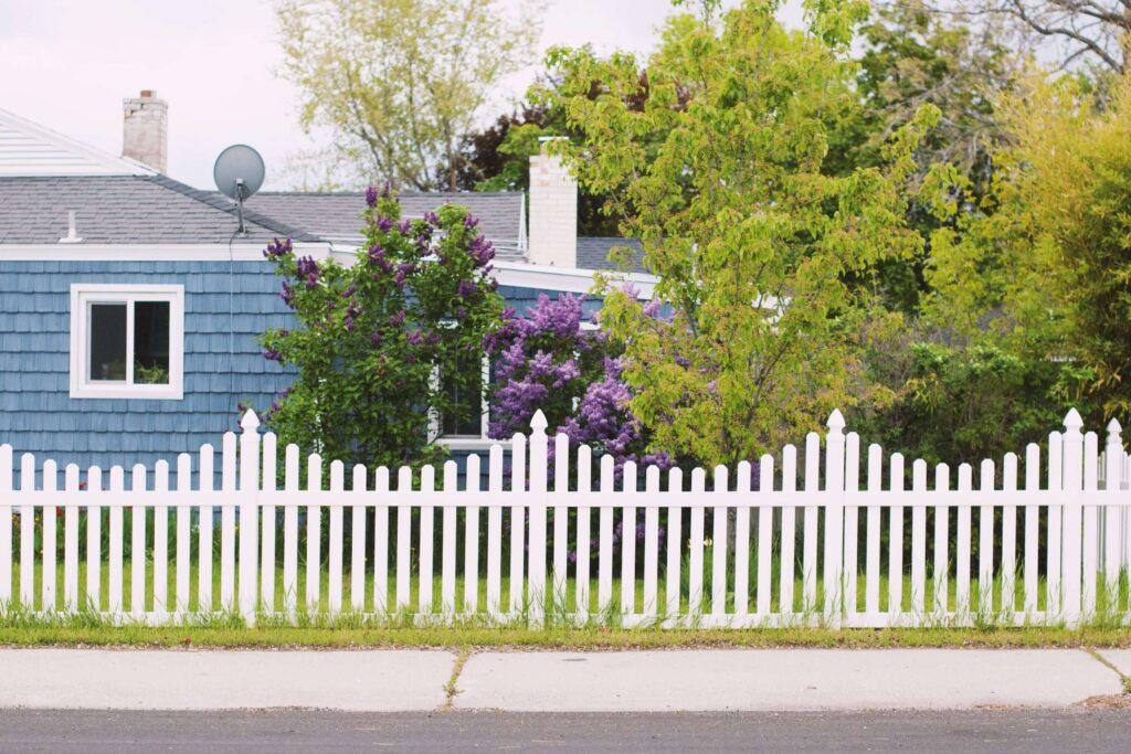 Íves fehér fa kerítés