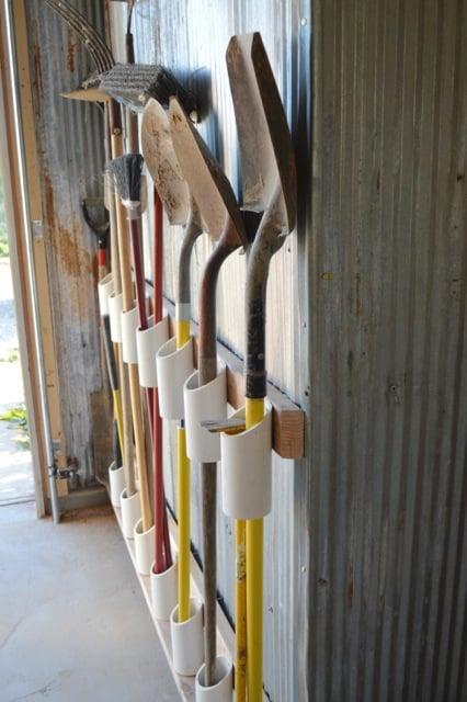 Kerti szerszámok tárolása PVC csövekkel